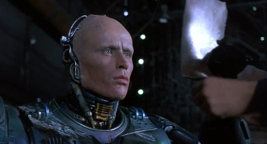 16-robocop-senza-casco