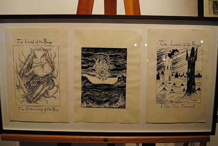 Alcuni degli schizzi originali della regina Margherita II di Danimarca ospitati alla mostra.